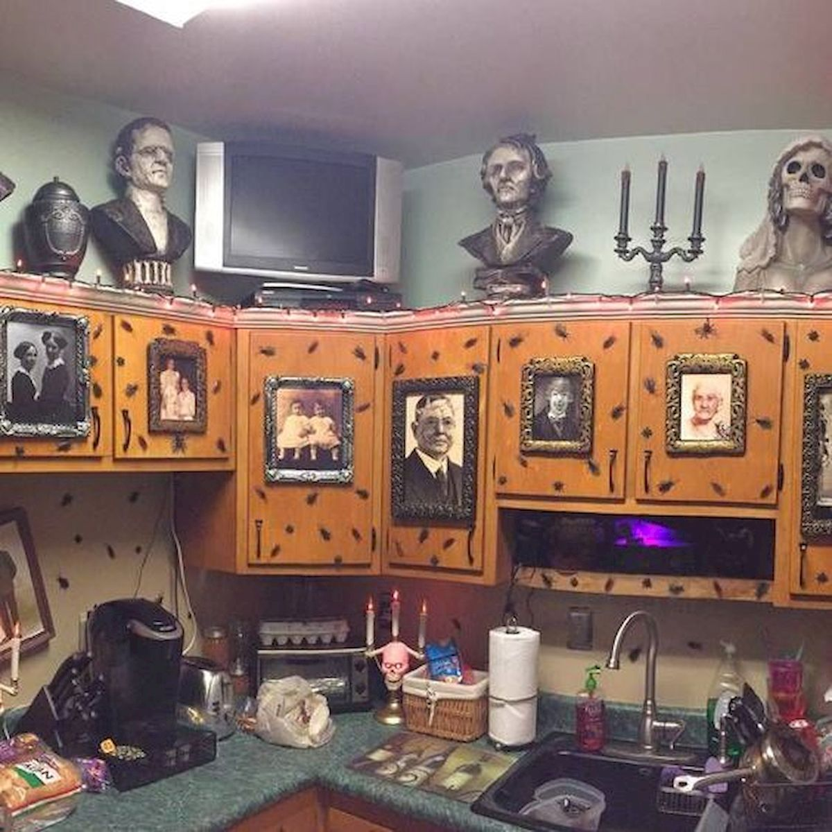 46 Gorgeous Halloween Kitchen Cabinets Decor Ideas (26)