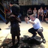 Мужчина фотографирует одну из скульптур сахарной инсталляции Кары Уокер