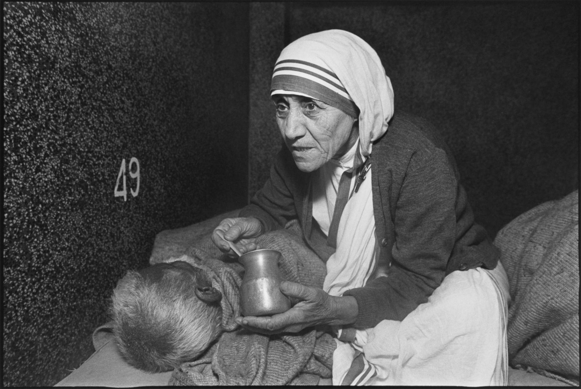 Мать Тереза в доме для умирающих. Калькутта, Индия.  1980 г.