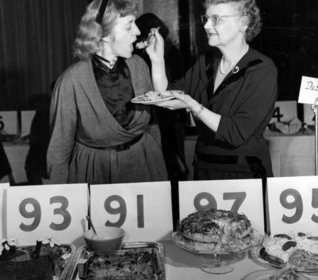Клементина Пэддфорд пробует конкурсное блюдо на 3-м Национальном состязании блюд и рецептов. Нью-Йорк, 1951 год.