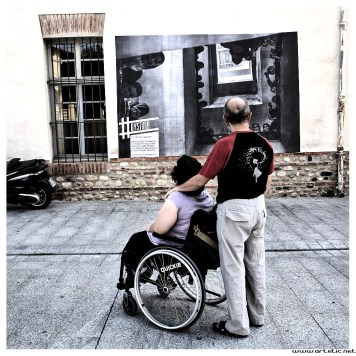 Dysturb is a group of photographers whose intention is to hang photographs over the walls of big cities to interpellate passers by