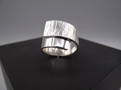Arto Edelsmeden- Brede overslag ring zilver met streephamer