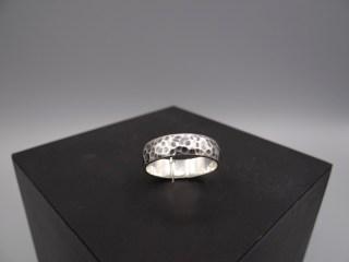 Arto Edelsmeden- Zilveren afgeronde ring met bolhamer en oxyde