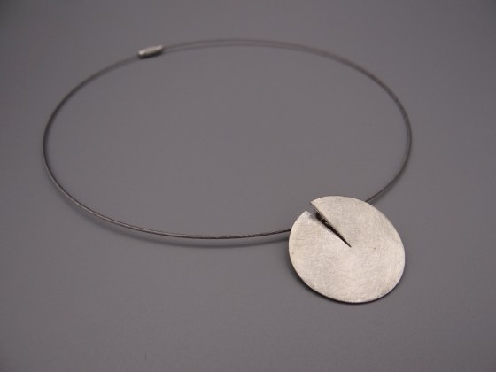 Arto Edelsmeden- Zilveren cirkel hanger ingezaagd met softmat