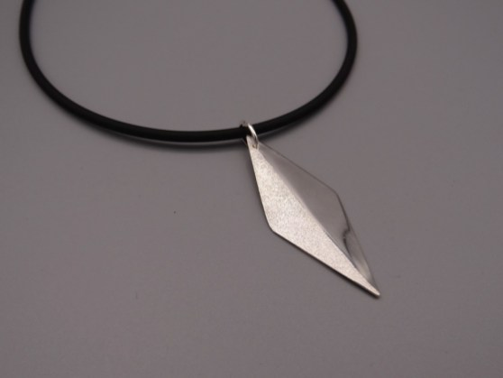 Arto Edelsmeden- Zilveren hanger in ruitvorm grofmat met glans