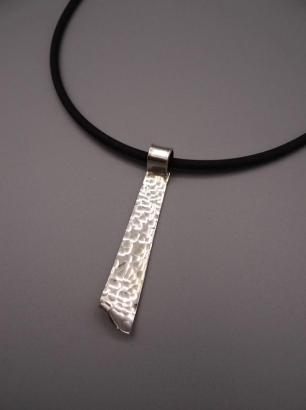 Arto Edelsmeden- Zilveren lange hanger met bolhamer afwerking