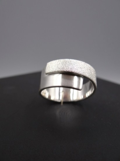 Arto Edelsmeden- Zilveren ring overslag breed naar smal grofmat en softmat