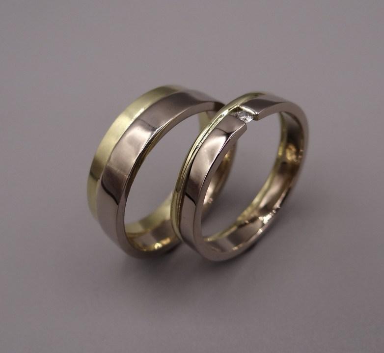 Witgoud:geelgoud combinatie met draad band en zwevende diamant zetting dames. Arto Edelsmeden