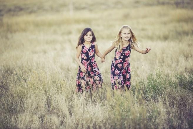 sisters-931131_1920