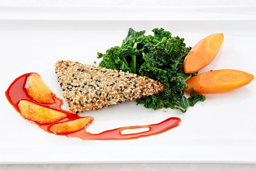 Gebratener Tofu mit Rote Beete Sauce und Orangen dazu Gruenkohl und glacierte Karotten.
