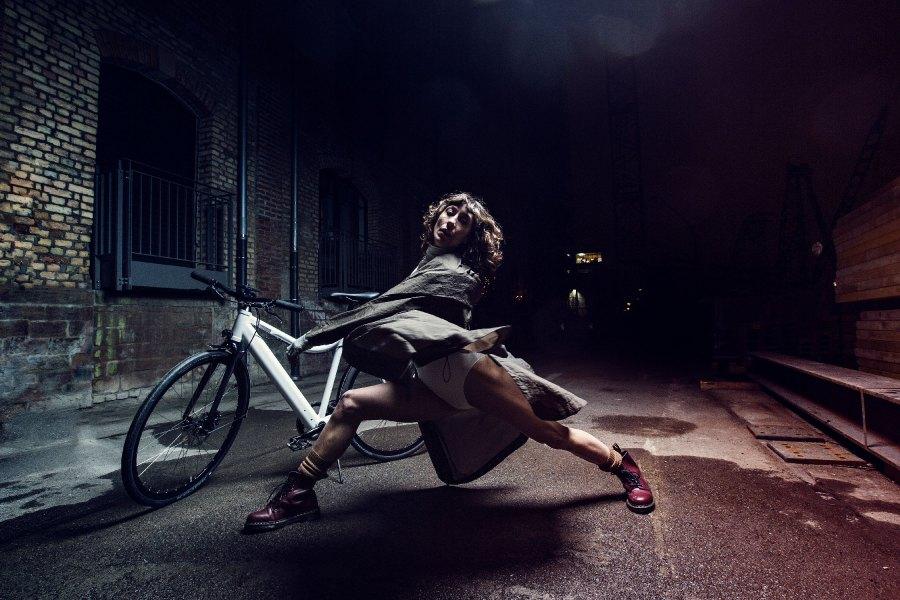 """Es war eigentlich zu kalt für einen Ride am Mannheimer Hafen. Doch diese Frau hat ihren eigenen Willen.Ariel Cohan aus Massachusetts, als Tänzerin """"always in motion"""", spielte ihren federleichten Tanz mit dem Coboc Seven Villete."""
