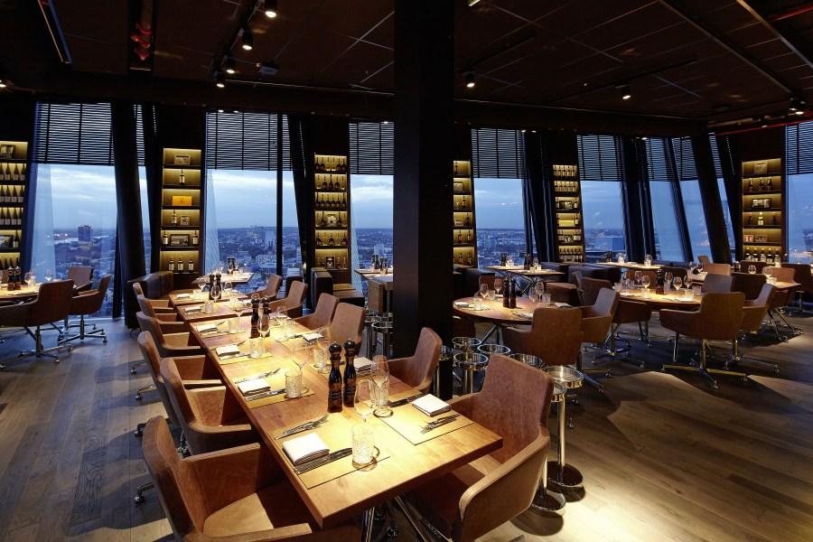 Wagner Stühle im clouds Heaven's Bar & Kitchen in Hamburg