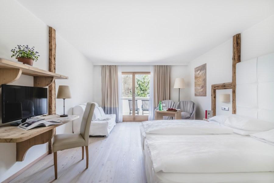 In jedem der 22 Zimmer duftet es nach Holz vermischt mit frischer Alpenluft.
