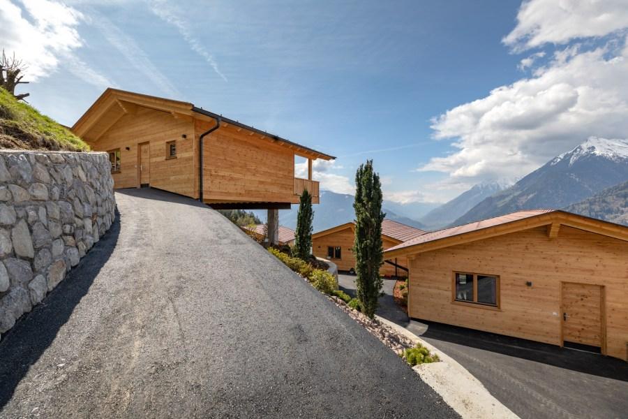 Jedes Chalet ist auf 80 Quadratmeter verbaut und verfügt über einen privaten Bad- und Wellnessbereich.