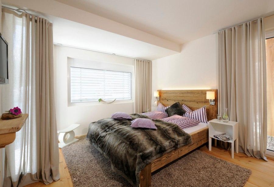 Alle Schlafzimmer sind mit Naturmaterialien, Alt-Holz-Möbeln, Böden und Schränken aus Zirbenholz sowie hochwertigen Matratzen ausgestattet.