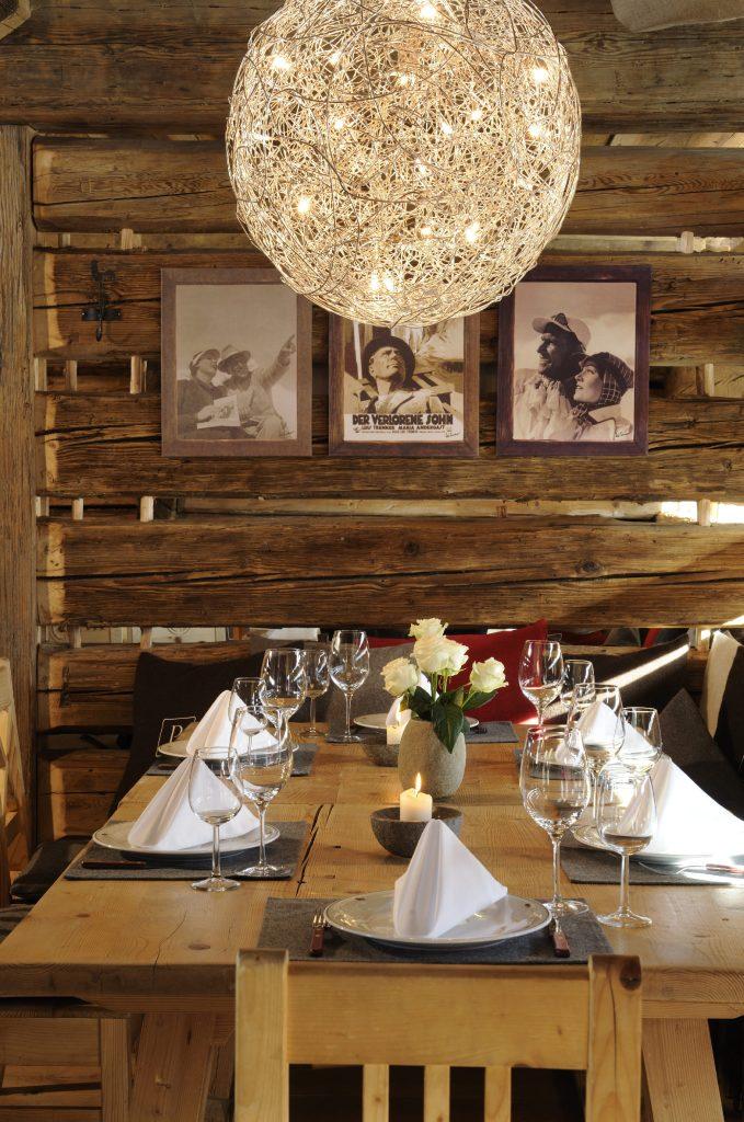 Im Luis Trenker Chalet dominieren Zirbenholz und authentische Einrichtungsdetails das Erscheinungsbild.