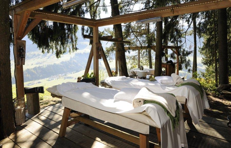 Das Naturritual - Massage im Waldbad mit Blick auf die atemberaubende Bergkulisse.