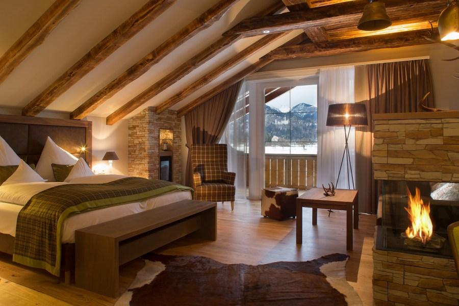 Alpine Luxus Suite mit hochwertigen Naturmaterialien und direktem Schlossblick.