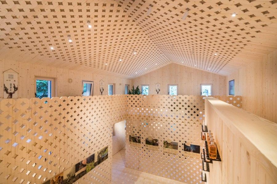 In Massivholzweise erbaut - außen Lärche, innen Fichte und Hanf – fügt sich das Haus wie selbstverständlich in die naturbelassene Sarner Landschaft ein.