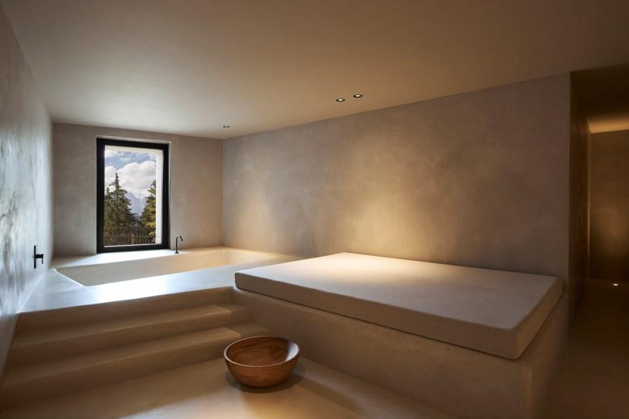 Ausgestattet mit Dampfbad, Badewanne mit Ausblick auf die Dolomiten, zwei Massageliegen und einem Daybed, bietet dieser Rückzugsort Raum für körperliche und mentale Regeneration.