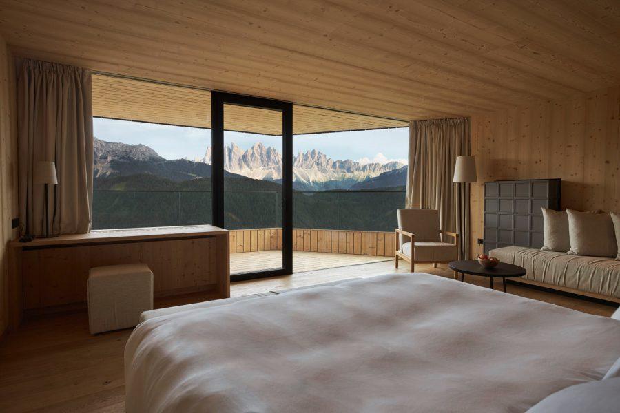 Die 55 m² große Tower Suite mit Terrasse verfügt über ein Schlafzimmer mit Kingsize Boxspringbett, bodentiefe Fenster gewähren von hier aus einen direkten Blick auf die Dolomiten.