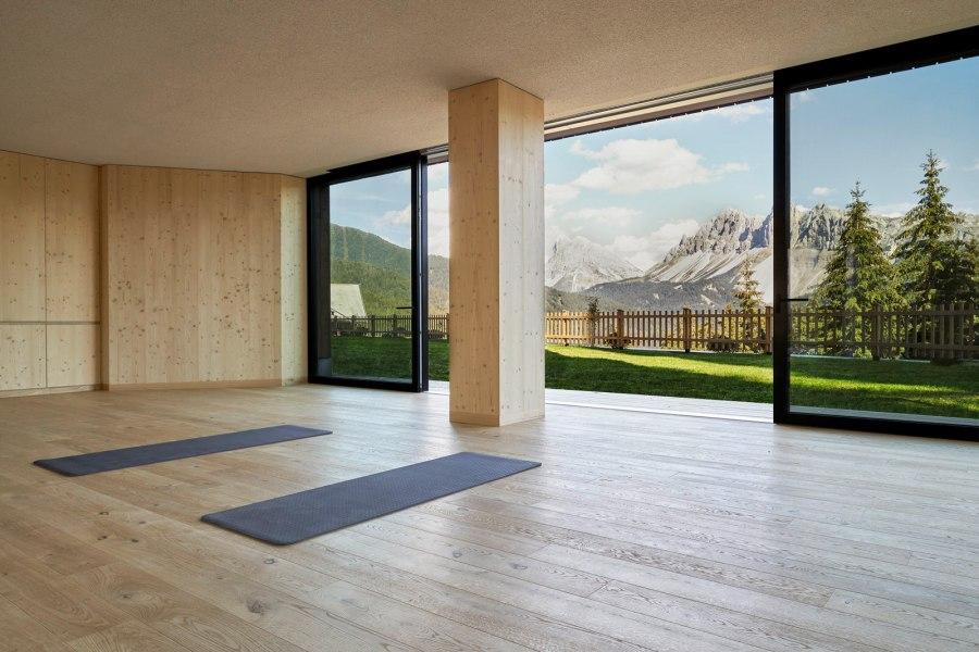 Der Wyda Room ist mit den heimischen Materialien Holz, Glas, Stein und Stoff ausgestattet, die hier als Energiefelder aufeinander wirken und miteinander in Verbindung treten. In diesem Raum werden Jahrtausende alte Energieübungen praktiziert. Wyda, das Yoga der Kelten.