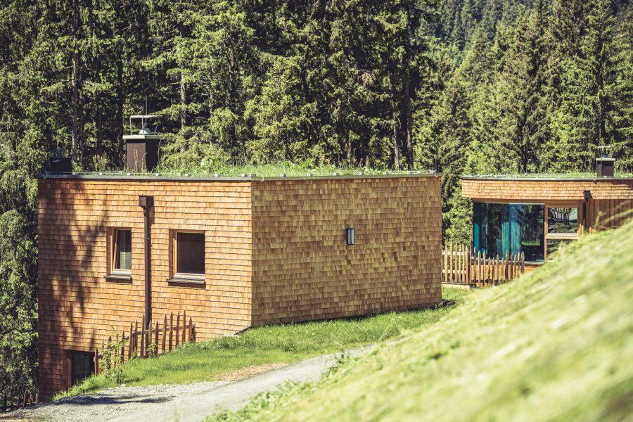 roswithas almhof: Edle und nachhaltige Tiroler Naturmaterialien wie Schafwolle sowie heimische Hölzer wie Zirbe, Fichte und Lärche kamen dabei gezielt zum Einsatz.