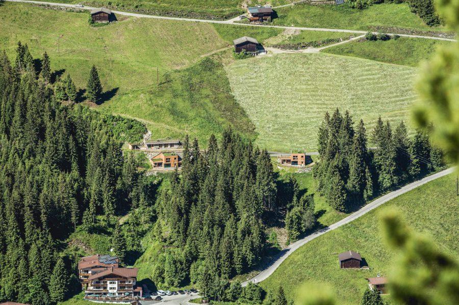 Auf der Alm, mehr als 1.500 Meter über dem Alltag, sieht alles viel kleiner aus. Die winzigen Häuschen der umliegenden Dörfer, oder von Mayrhofen, dem Herzen Tirols. Je höher man kommt, desto mehr verstummen die Geräusche des Tals.