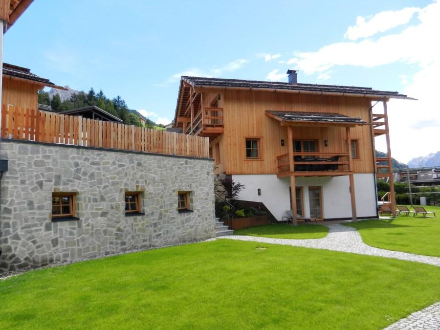 Das 150 Quadratmeter große Chalet Lujanta verfügt über vier Schlafzimmer mit jeweils eigenen Bädern. Sowie einen privaten Spa mit finnischer Sauna und Infrarotkabine, Schwalldusche und Frischluft-Ruhebereich mit Jacuzzi.