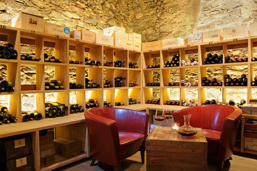 Im alten Steinkeller wird aber nicht nur gelagert, sondern auch gekostet. Jeden Mittwochabend lädt der Wein Liebhaber Hausherr Stephan zur Degustation.