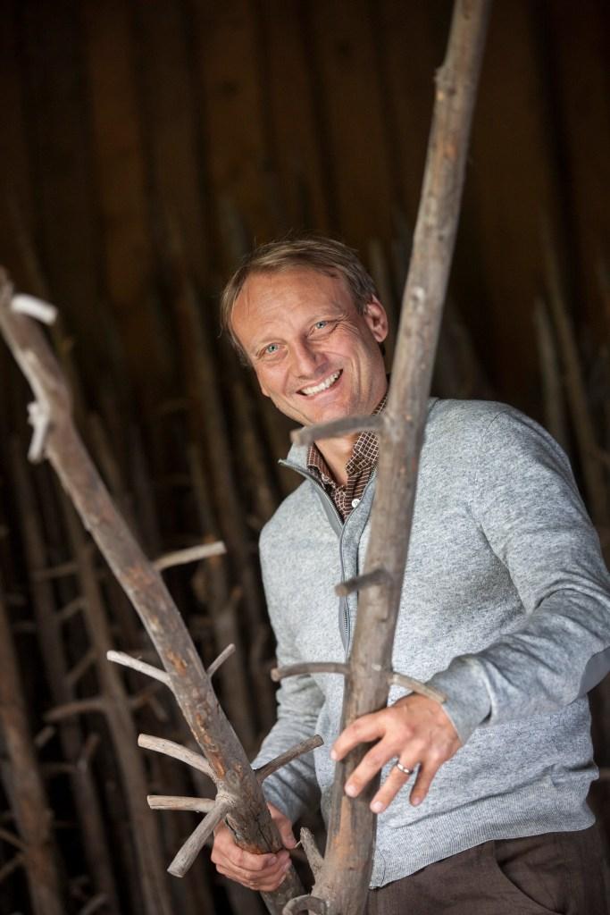 Georg führt durch den Mesnerhof-C, role model für community-based Coworkation in den Alpen, und gibt vertrauensvoll Auskunft