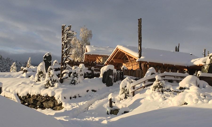 """Im Winter wartet der hauseigene Skibus auf Sie und bringt Sie in wenigen Minuten zum Skigebiet """"Dolomiti Superski – Sella Ronda""""."""