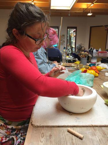 Annebeth bezig met keramiek