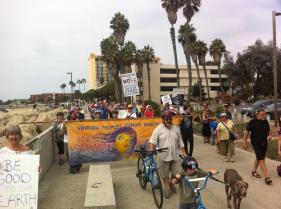 walking along the promenade: more than half of the marchers are ahead of the banner