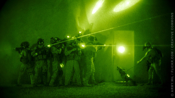 U.S. forces demonstrate entry tactics used by the Iraqi counter terrorism force (...)