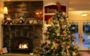 벽난로의 배경에 크리스마스 트리