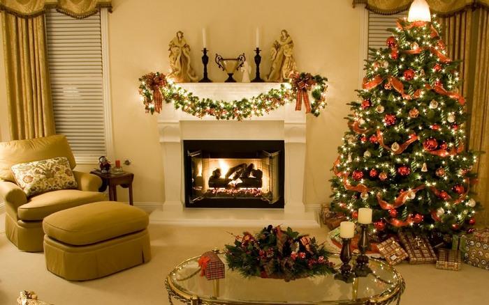 흰색 벽난로 배경에 크리스마스 트리 1.