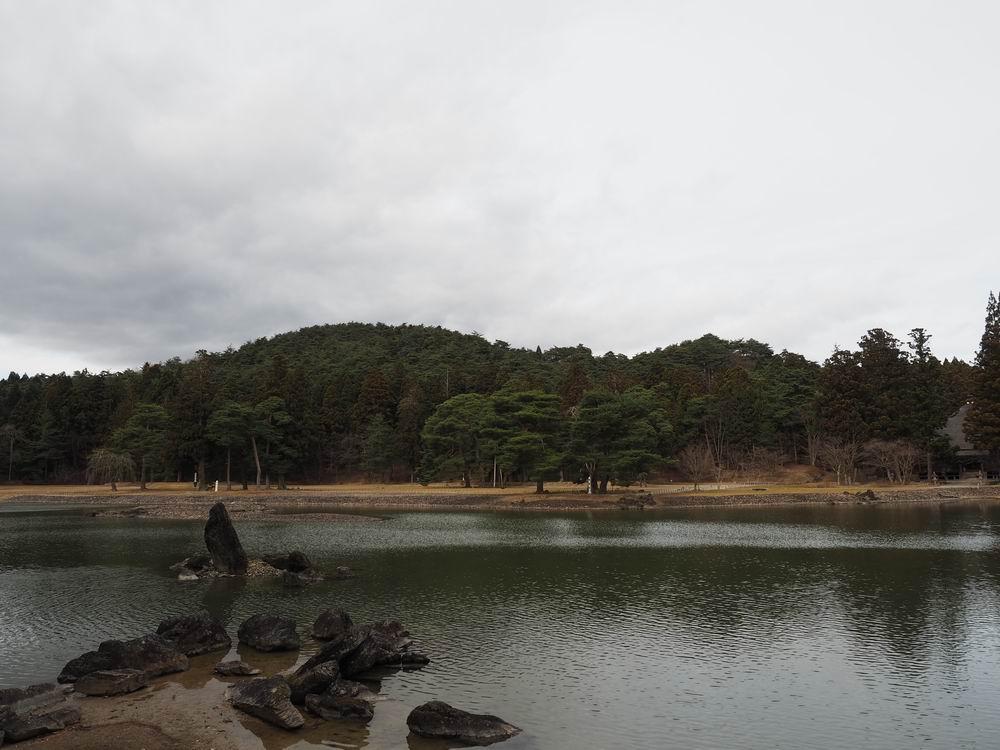 毛越寺庭園の荒磯の突き立った岩をイメージした写真