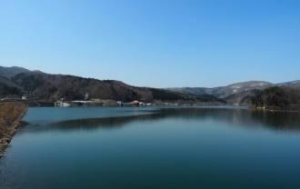荒砥沢zダムの春の雪解け水で満杯の風景