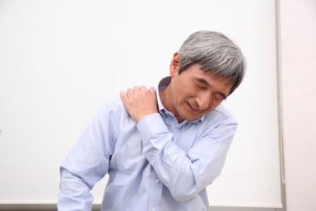 タオル1枚の運動で簡単に治す!肩こりを解消するストレッチ方法のコツ3選