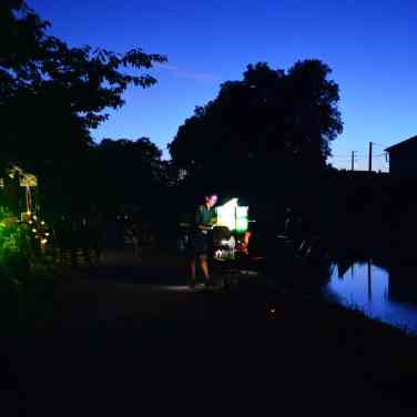 En ce dimanche chaud au bord du Canal à Valence d'Agen, Arts à Bord, Le Bazar éphémère et Menta le bateau librairie ont posé leur encre pour une journée et soirée mêlant cirque, spectacle et projections magiques !