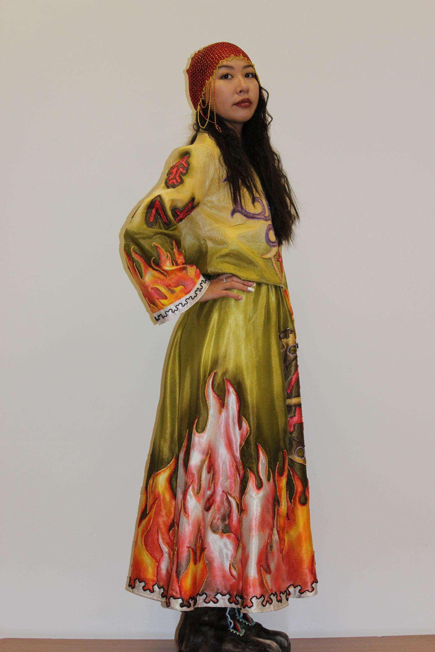Стилизованный костюм «Уот - Огонь» 2020год. Шелк, акриловые краски, бисер..