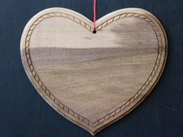 Coeur avec une corde sculptée en noyer