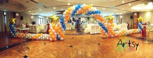 It's a simple balloon arch, but with extended balloon lining to create a castle entrance