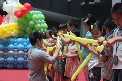 stage balloon show