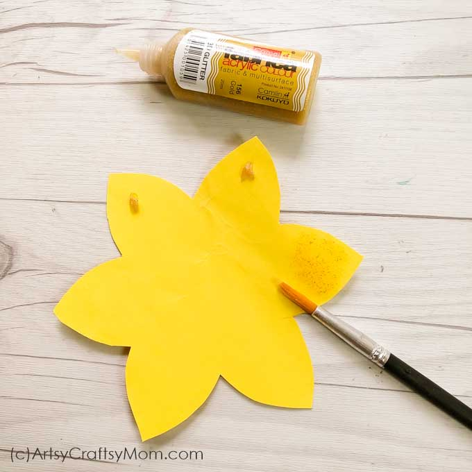 Egg Carton Daffodil craft is a stunning way of making the best out of waste. This cheerful flower art along with a cute frame is bound to spread anexuberant mood.