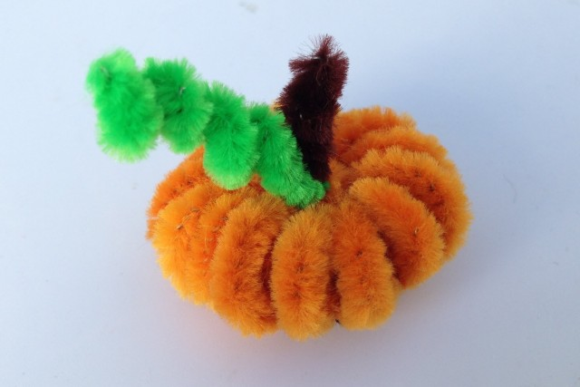 pipe cleaner pumpkin - Here is a special Halloween diorama that is fun to make and play with too! Made of basic craft supplies and recycled materials, this is a must try craft!
