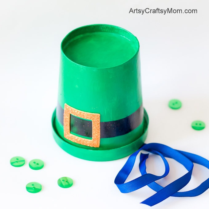 Celebrate St. Patrick's Day in style. Learn how to make these cute St Patrick's Day Leprechaun Hats with this easy to follow tutorial at ArtsyCraftsyMom.com