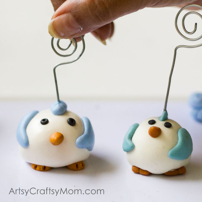 These Cute Clay Penguin Craft wire holders work great for your notes, business cards or photos. These are made with homemade cold porcelain clay that costs a fraction of what you would spend on polymer clay.- ArtsyCraftsyMom.com