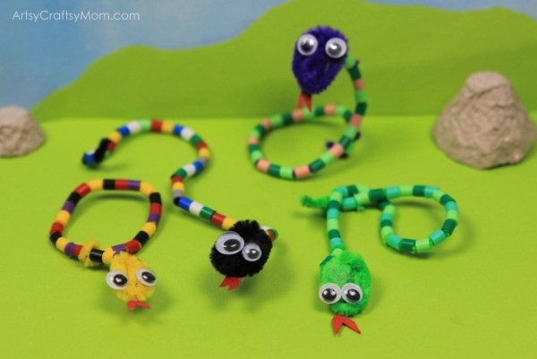 Forget about creepy snakes, and make this DIY Pipe Cleaner and Bead Snake Craft instead! Use them as bookmarks, bag charms, key chains and much more!